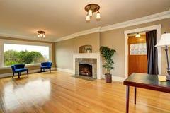 Intérieur vide de salon avec la cheminée et les fauteuils bleus Image stock