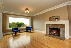 Intérieur vide de salon avec la cheminée et les fauteuils bleus Photographie stock