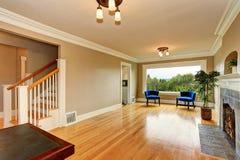 Intérieur vide de salon avec la cheminée et les fauteuils bleus Photographie stock libre de droits
