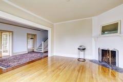 Intérieur vide de salon en tons blancs et cheminée Photo libre de droits