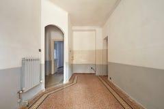 Intérieur vide de secteur de salon et de cuisine avec le plancher carrelé Photographie stock libre de droits