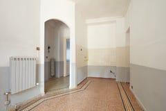 Intérieur vide de secteur de salon et de cuisine dans de vieux WI d'appartement Photo stock