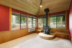 Intérieur vide lumineux de salon avec les murs rouges d'accent Photo stock