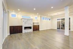 Intérieur vide spacieux de salon dans les couleurs blanches et grises image stock