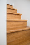 Intérieur - vue de côté d'escaliers en bois Photos stock