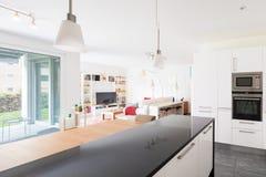 Intérieurs d'appartement meublé moderne photographie stock