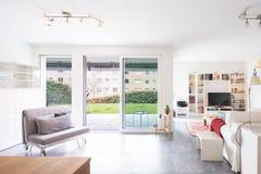Intérieurs d'appartement meublé moderne image stock