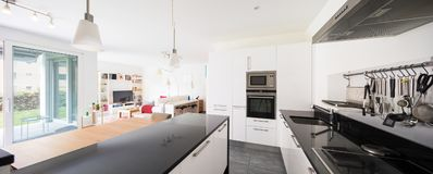 Intérieurs d'appartement meublé moderne images stock