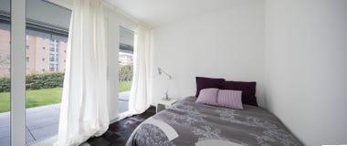 Intérieurs d'appartement meublé moderne, chambre à coucher photos libres de droits