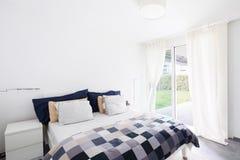 Intérieurs d'appartement meublé moderne, chambre à coucher photographie stock