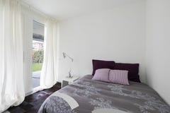 Intérieurs d'appartement meublé moderne, chambre à coucher photo stock