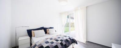 Intérieurs d'appartement meublé moderne, chambre à coucher images stock