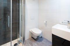 Intérieurs d'appartement meublé moderne, salle de bains photographie stock