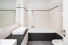 Intérieurs d'appartement meublé moderne, salle de bains photo stock