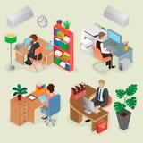 Intérieurs isométriques de bureau et employés créatifs Photos stock