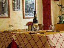 Intérieurs italiens confortables de restaurant photo stock