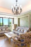 Intérieurs modernes avec le sofa et la table Images stock