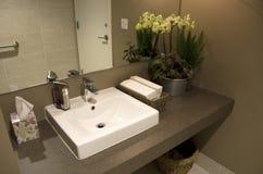 Intérieurs modernes de salle de bains Photos stock