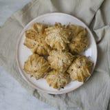 A int?ressant form? le mini tarte de viande fra?che Tartes d?licieux de samosa avec de la viande du plat sur le fond gris Menu, r image stock