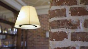Int?rieur de pi?ce Tir en gros plan de lampe de allumage moderne Murs avec la brique banque de vidéos