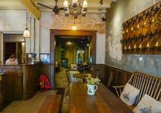 Int?rieur de restaurant confortable image stock