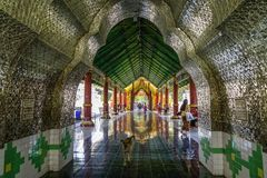 Int?rieur de temple bouddhiste dans Myanmar images stock