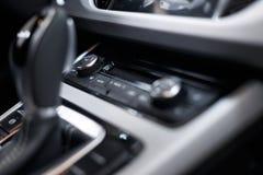 Int?rieur de v?hicule Tableau de bord lumineux par voiture moderne Groupe luxueux d'instrument de voiture Tir haut ?troit de tabl image libre de droits