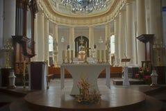 Int?rieur impressionnant d'une ?glise catholique dans Avranches, France image stock