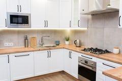 Int?rieur scandinave blanc ?l?gant de cuisine avec des accessoires de d?cor images stock