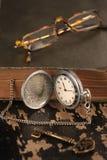 Intage怀表旧书和黄铜钥匙 库存照片