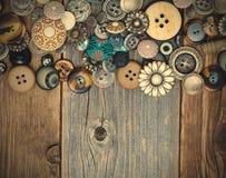 Intage guziki na starzejącej się deski powierzchni Fotografia Royalty Free