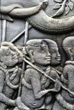 Intagliando sulle pareti di Angkor Thom fotografia stock
