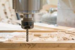 Intaglio del legno con una macchina di CNC fotografia stock libera da diritti