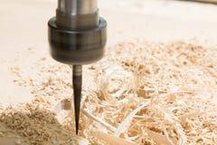 Intaglio del legno con una macchina di CNC immagini stock