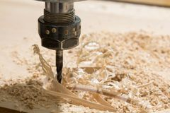 Intaglio del legno con una macchina di CNC fotografia stock