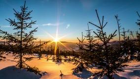 Intakt vintersoluppgång Timelapse 4k stock video