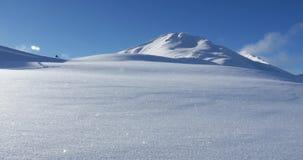 Intakter Schnee im Vordergrund und Mountain View im Hintergrund 4K stock video