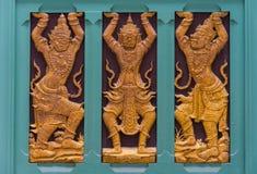 Intarsiatura tailandese decorata sulla parete del tempio fotografia stock libera da diritti