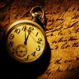 Intaschi l'orologio su vecchio documento Fotografia Stock Libera da Diritti