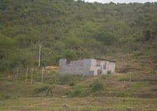 Inte färdigt hus nära den stora Kei Bridge på östlig udde av Sydafrika Royaltyfri Fotografi