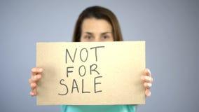 Inte till salu underteckna in kvinnans händer, sexuell slaveri, den mänskliga människohandeln, anfall arkivfoto