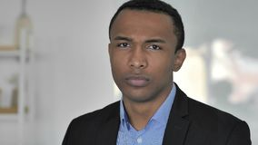 Inte tillfällig Afro--amerikan affärsman i dåligt lynne som ogillar erbjudande, genom att skaka huvudet lager videofilmer