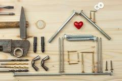 Inteckna för att bygga ett hus för familjen Verkliga pengar som bygger ett hus Lånpengarna för att inhysa nytt konstruktionshus Fotografering för Bildbyråer