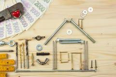 Inteckna för att bygga ett hus för familjen Verkliga pengar som bygger ett hus Lånpengarna för att inhysa nytt konstruktionshus Royaltyfria Bilder