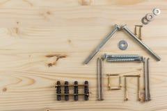 Inteckna för att bygga ett hus för familjen Verkliga pengar som bygger ett hus Lånpengarna för att inhysa nytt konstruktionshus Arkivfoto