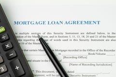 Inteckna lånöverenskommelse undertecknar avtalsbegreppet, penna med calculat royaltyfri bild