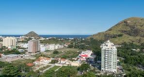 Integración entre la ciudad y la naturaleza con la playa y las montañas imagenes de archivo