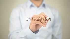Integración, escritura del hombre en la pantalla transparente foto de archivo