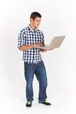 Integral cortado del adolescente que usa el ordenador portátil Fotografía de archivo