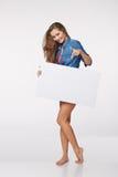 Integral de la mujer hermosa que se coloca detrás, llevando a cabo el bl blanco Imagen de archivo libre de regalías